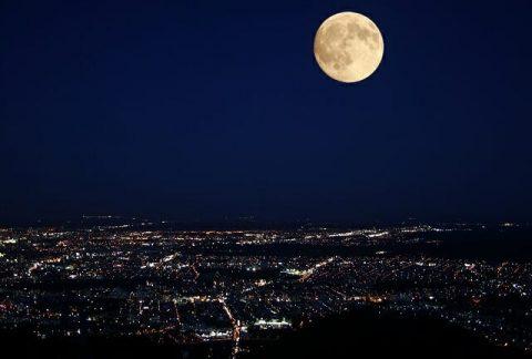 藻岩山の夜景と月