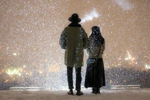 旭山記念公園の夜景を見ながら肩を寄せ合う二人